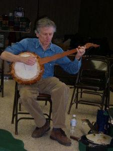 Mike Seeger jouant du Gourd Banjo